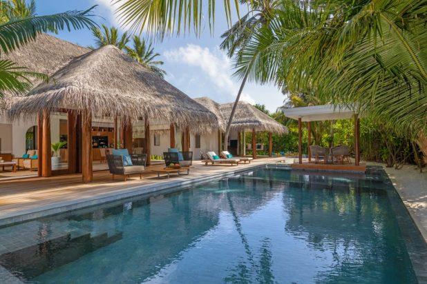 kihavah_akih_outdoor-deck-and-swimming-pool-of-beach-pool-residence